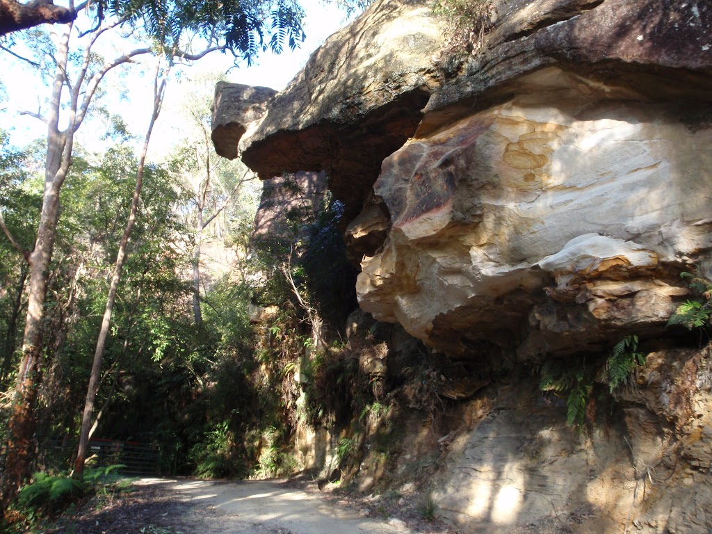 Rocky outcrop at the top of Dubbo Gully Road (168065)