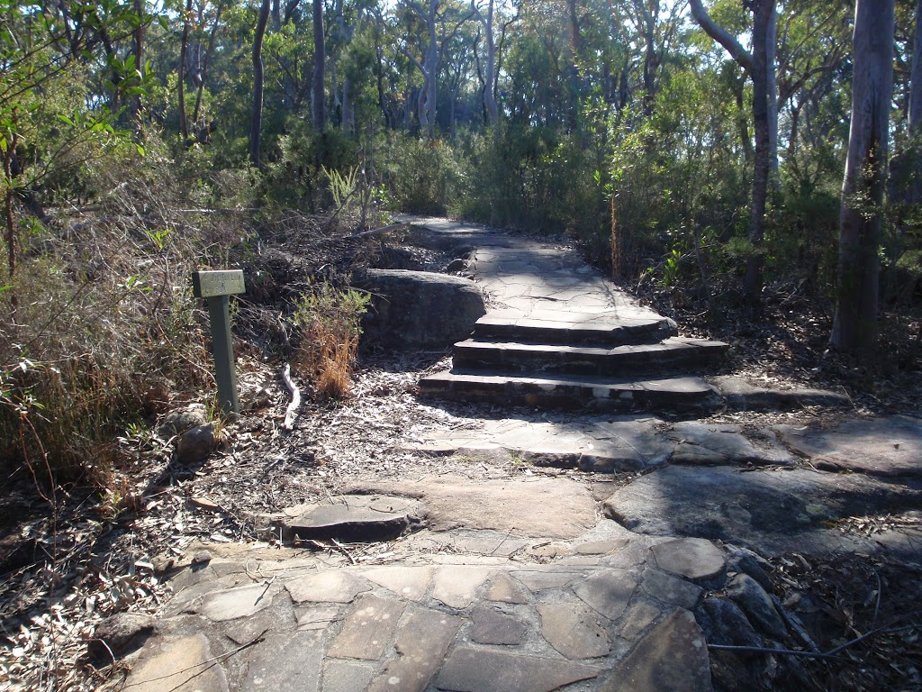 Path between picnic area and Illoura Lookout