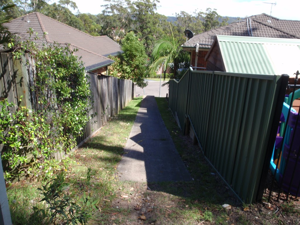 Between houses at Sandringham Cl (234959)
