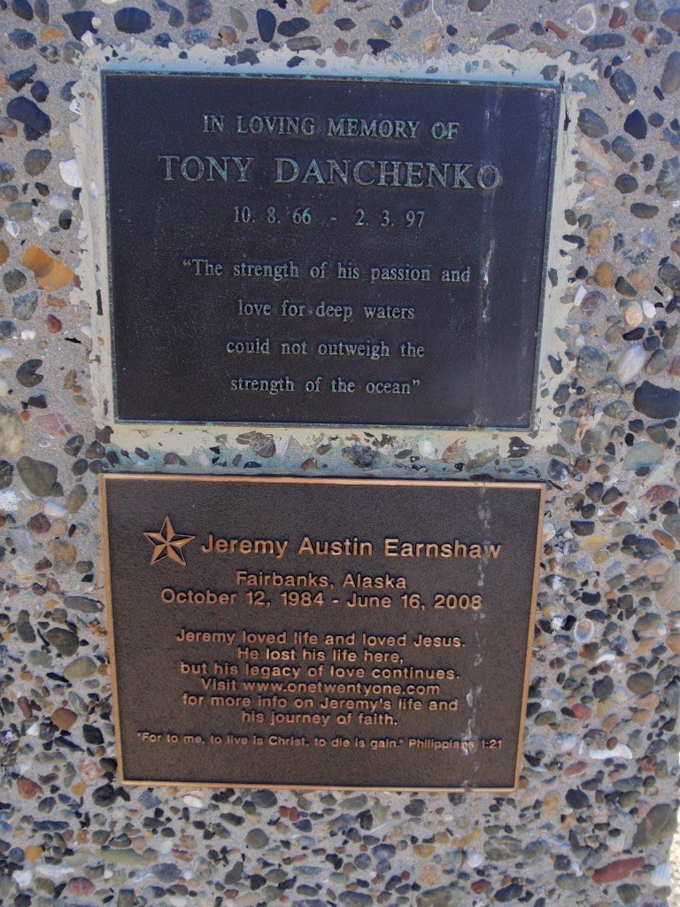 Plaques on Snapper Point memorial