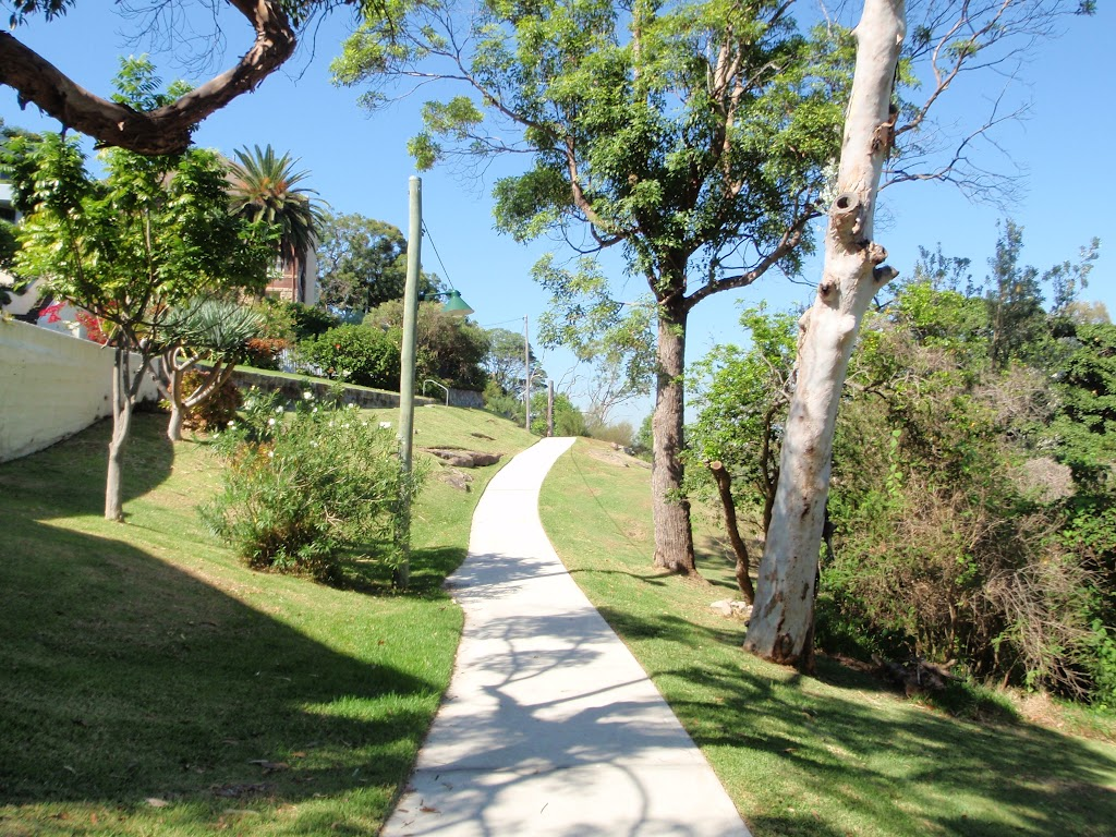 Walking track on the western side of Cremorne Reserve