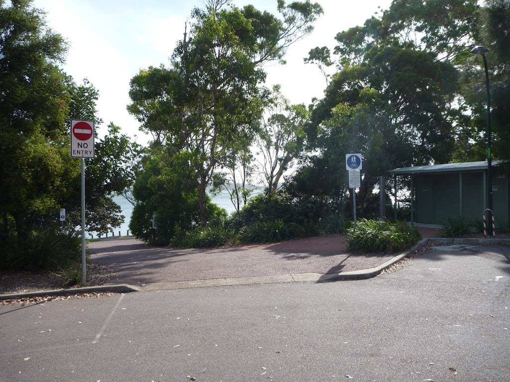 The Shores Way car park (389324)