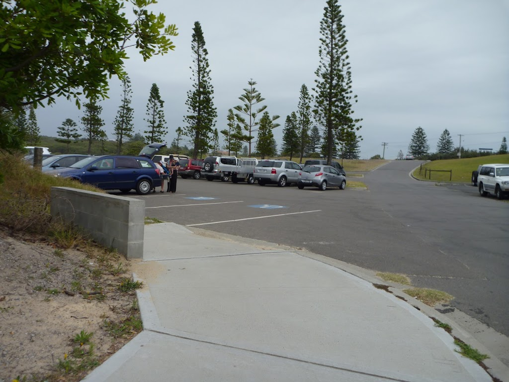End of footpath into the Redhead SLSC Car Park. (391496)