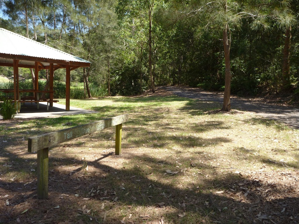 Sign and sheltered picnic tables in Richley Reserve (401605)
