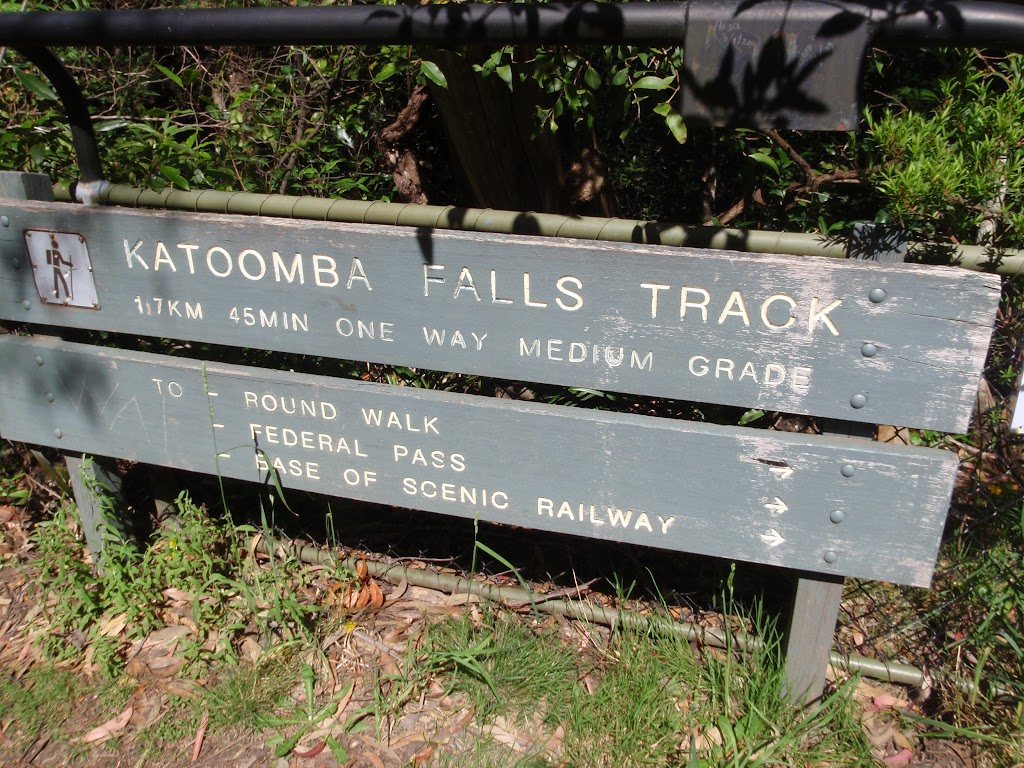 Round Walk sign and arrow (92014)