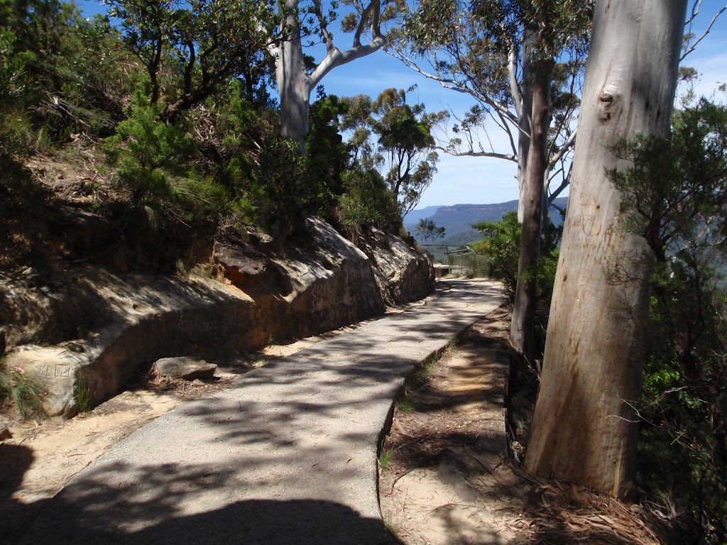 Footpath to Three Sisters (92542)