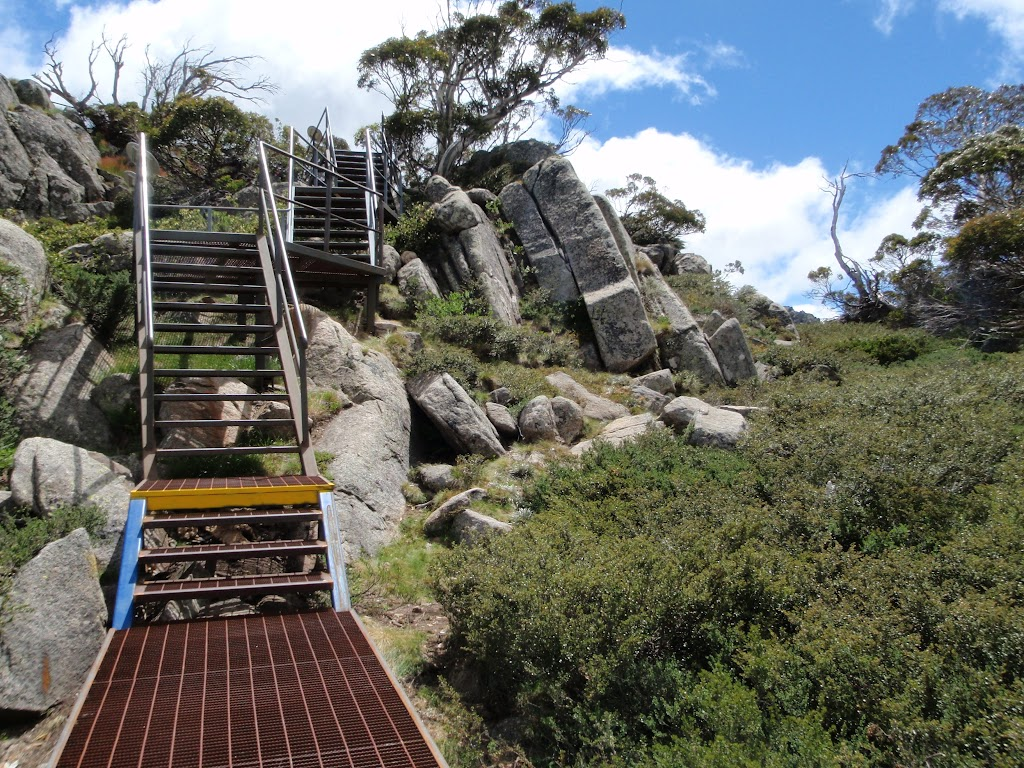 Climbing up to the main Range Lookout